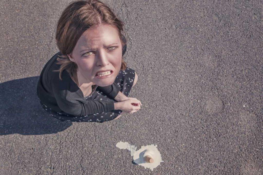 Una donna disperata per il gelato sciolto caduto in terra