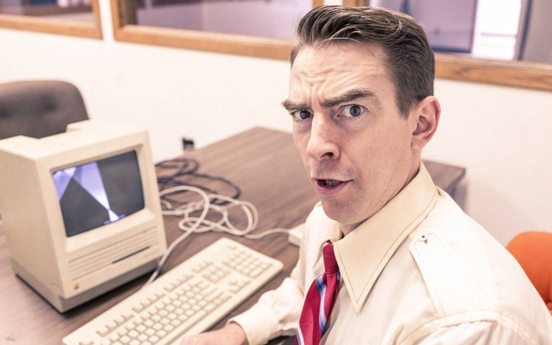 Uomo al PC con espressione di sorpresa